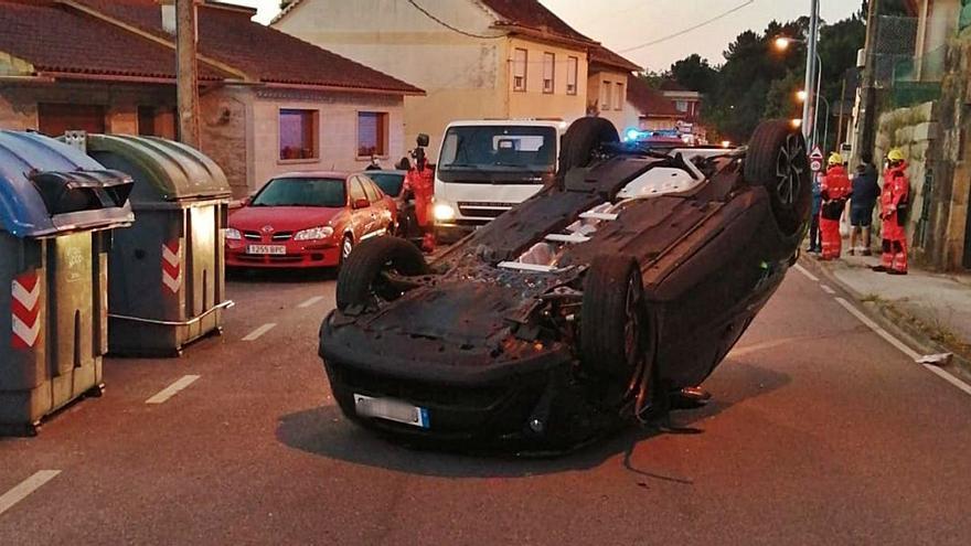 Herida leve tras volcar su coche en el vial a O Redondo