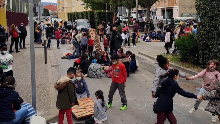 L'AFA de l'escola Àgora de Girona vol que es prohibeixi el pas de cotxes arran de l'atropellament d'una nena de P4