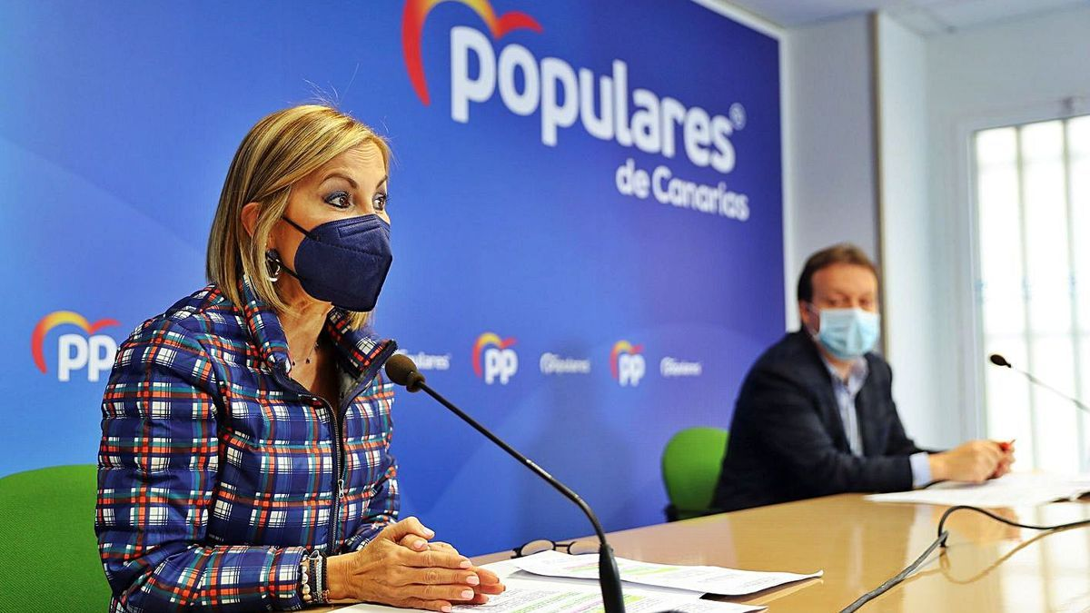 Australia Navarro and Miguel Ángel Ponce, yesterday, during the press conference at the headquarters of the PP.  |  |  EFE