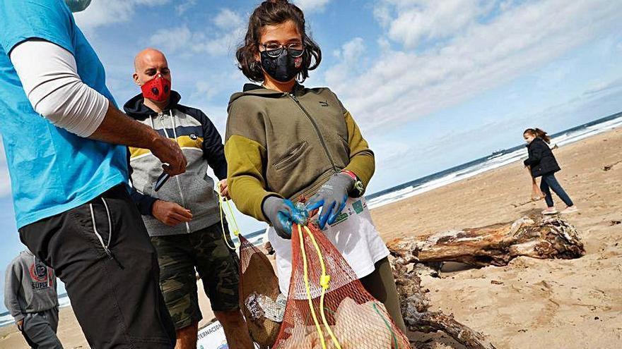 """Los """"pescadores"""" de basura, el nuevo oficio marinero, inician su formación"""