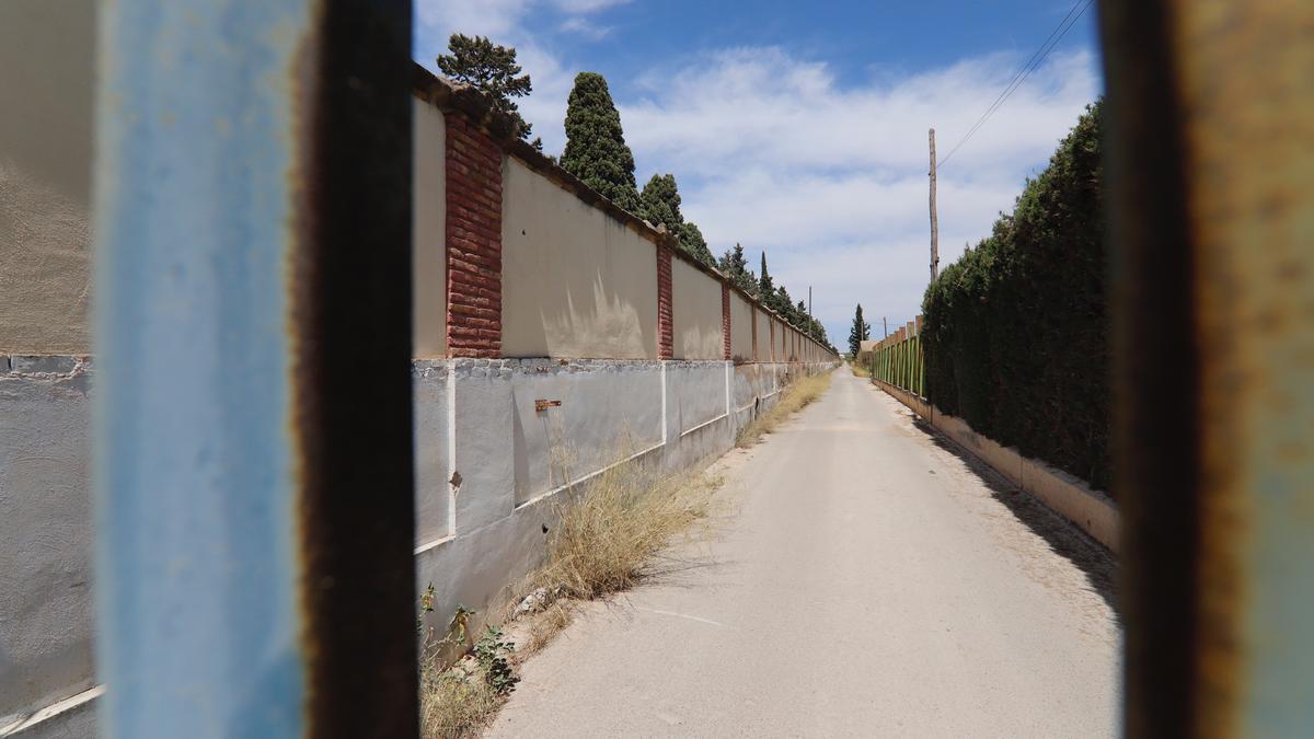 Tapia del cementerio de Espinardo, fotografiada ayer, donde se fusilaba a la gente durante la Guerra Civil.
