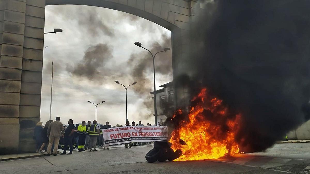 Barricada a las puertas de Navantia Ferrol el pasado mes de junio para demandar carga de trabajo.     // E. P.