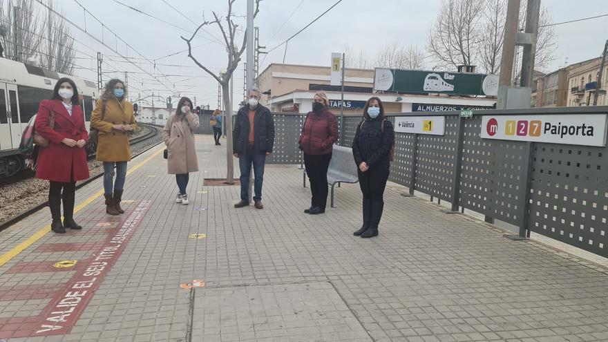 Líderes socialistas de l'Horta Sud estrenan la nueva línea de autobús que une sus seis municipios con el metro de Paiporta