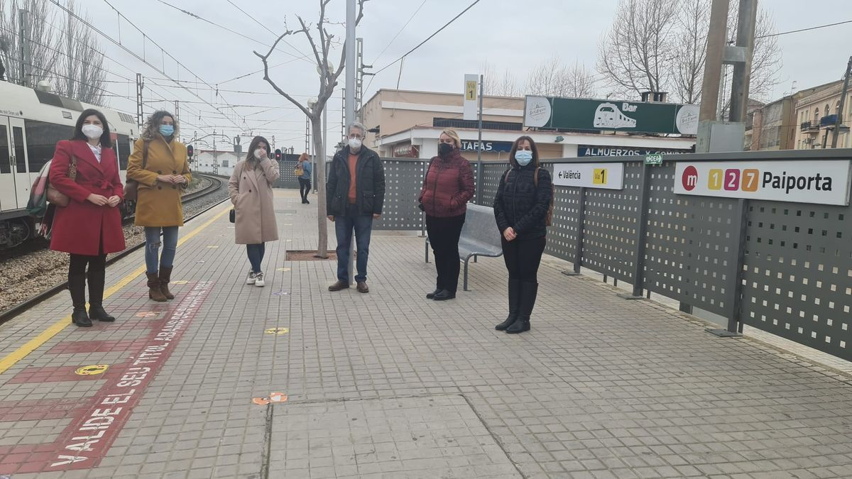 Dirigentes socialistas en la estación de Paiporta