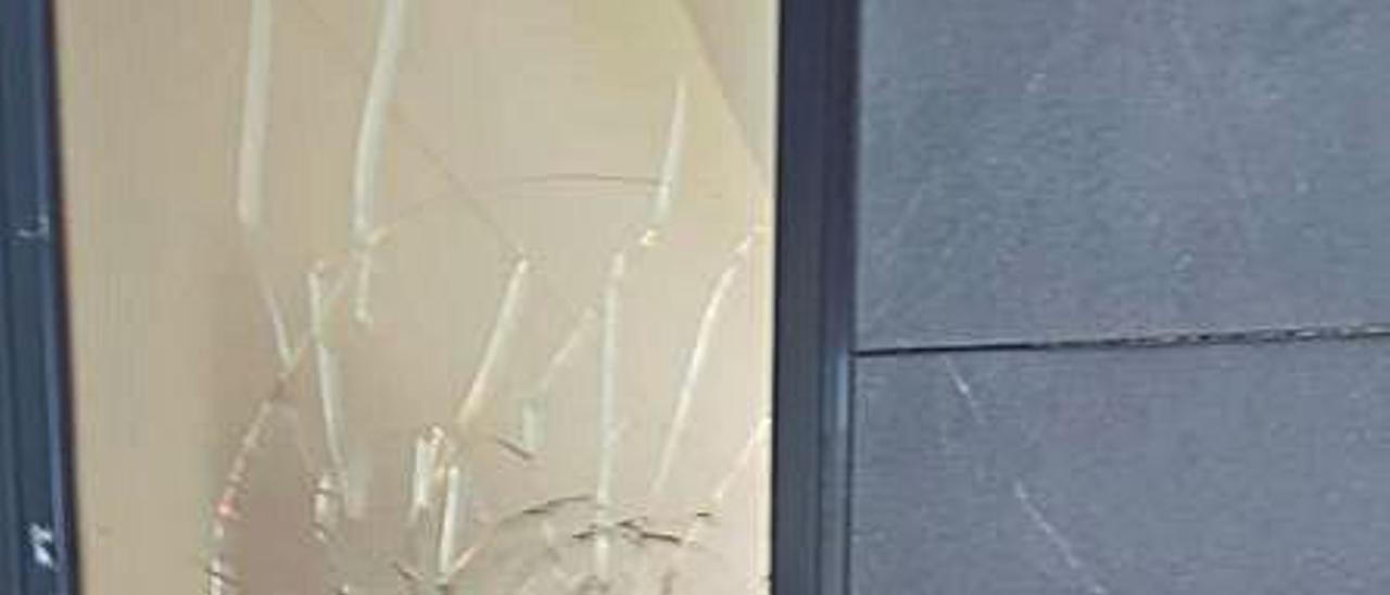 Uno de los cristales rotos.   LEVANTE-EMV