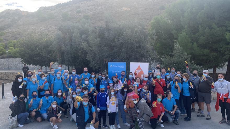 Limpieza de residuos en la Serra Grossa de Alicante en el Día del Voluntariado