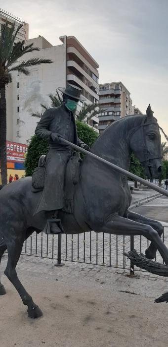 Esculturas con mascarilla en Alicante