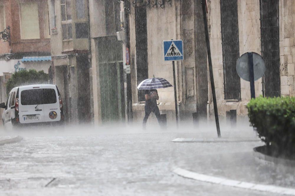 Un buen chaparrón ha sorprendido a primera hora a los peatones en el centro histórico de Orihuela. Las lluvias y tormentas se prolongarán esta tarde con posibilidad de granizo.