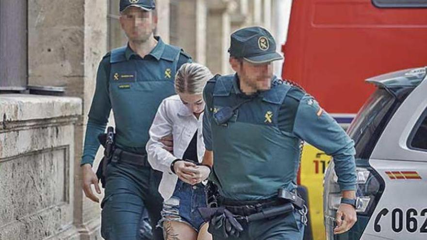 La soldado presa por cortar el cuello a su amiga en Mallorca queda libre