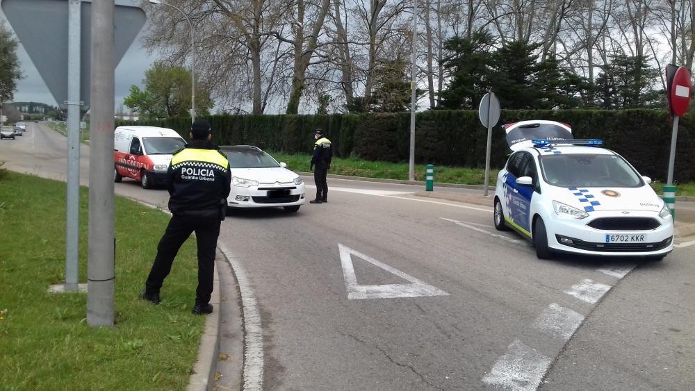 La Guàrdia Urban de Figueres fent controls.