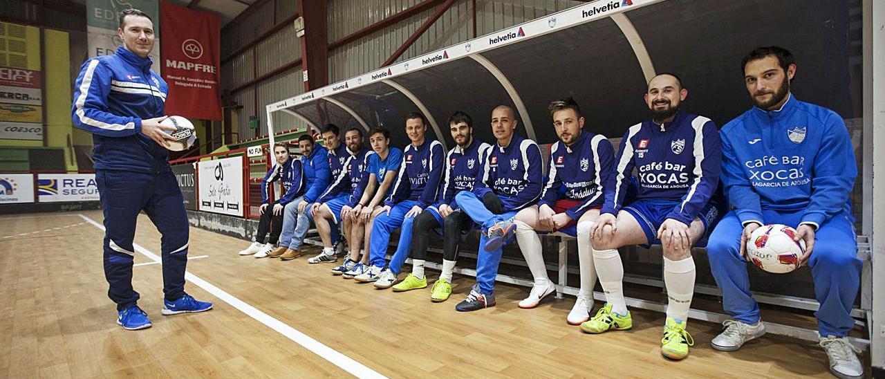 Paco Garabal posa ante su equipo en el pabellón Coto Ferreiro. |  // BERNABÉ