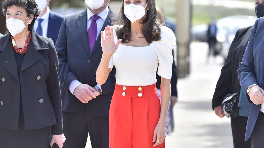 La Reina Letizia recurre al binomio rojo y blanco y consigue un look juvenil