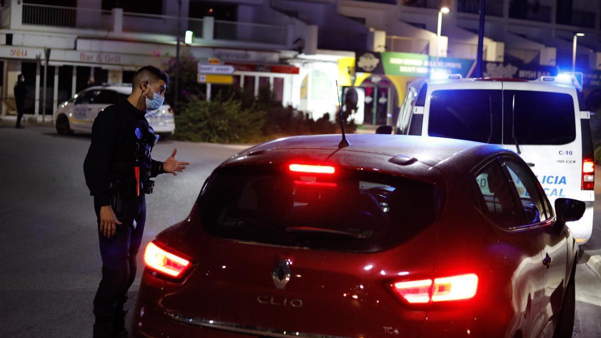 Imagen de archivo de un control de Policía Local en Ibiza.
