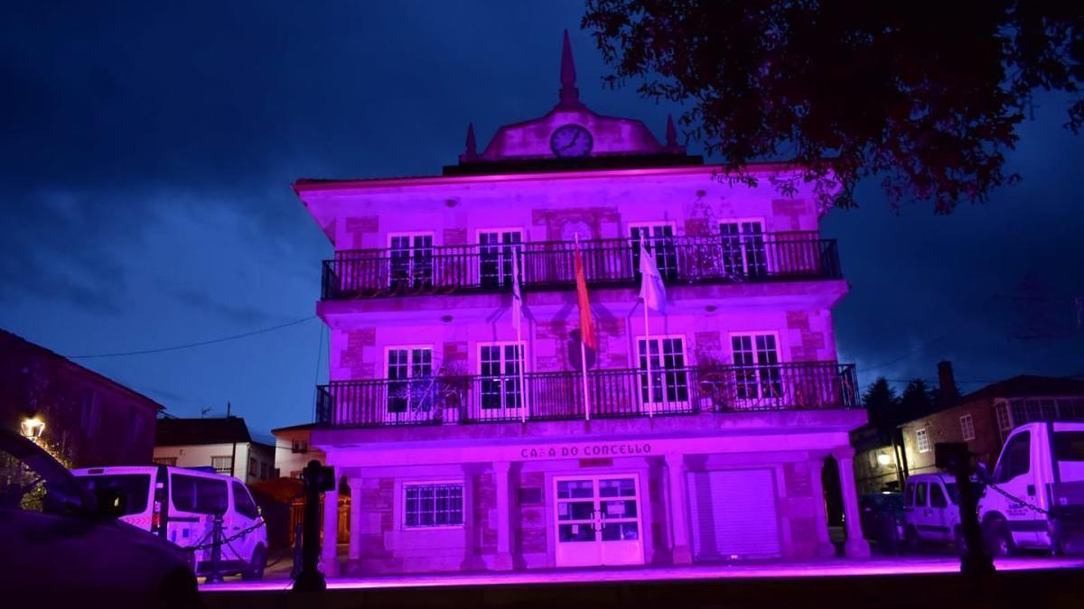 El consistorio agoladés iluminado de rosa.