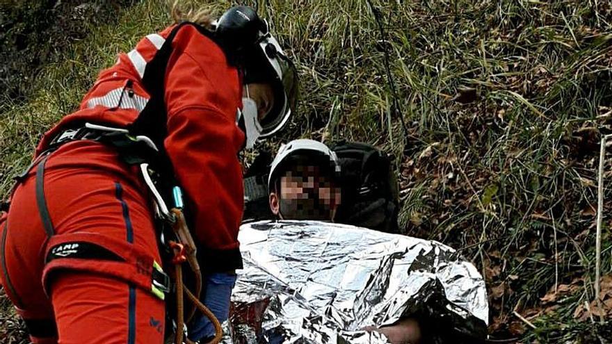 Herido grave un guarda tras despeñarse cien metros por un barranco en Somiedo