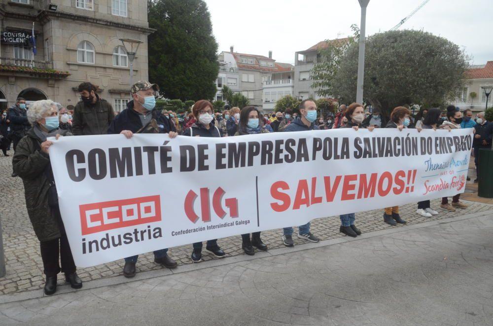 Más de 200 personas se concentran en O Grove para pedir a la Xunta que acelere las gestiones con Scandia y Alfonso Caneiro. // Noé Parga
