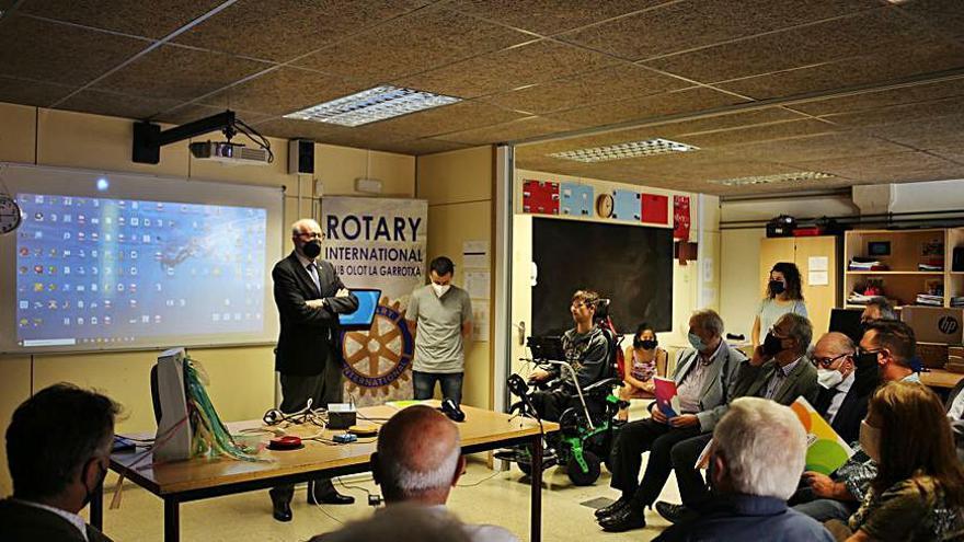 El Rotary fa una donació      a l'escola Joan XXIII d'Olot