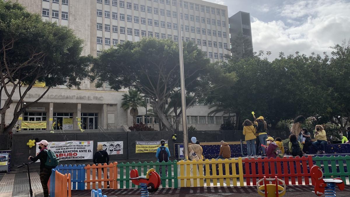 Protesta de empleados públicos eventuales dentro y fuera del centro sociosanitario de El Pino, en Las Palmas de Gran Canaria