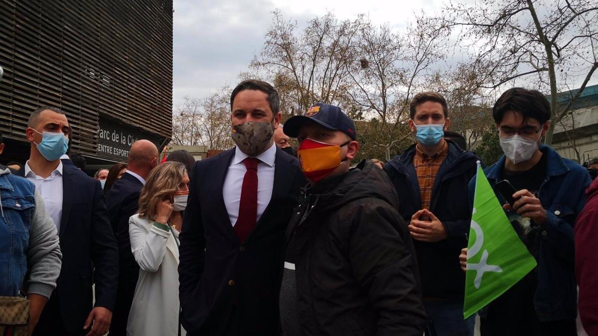 Santiago Abascal posa con uno de los manifestantes concentrados en Barcelona.