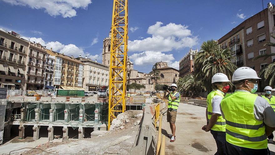 Ribó exhibe la reforma de la Plaza de la Reina con las obras al ralentí