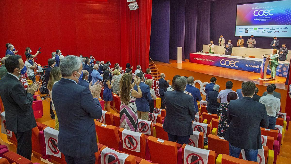 Los asistentes a la Asamblea de la COEC aplauden a su presidenta, Ana Correa. | IVÁN URQUÍZAR