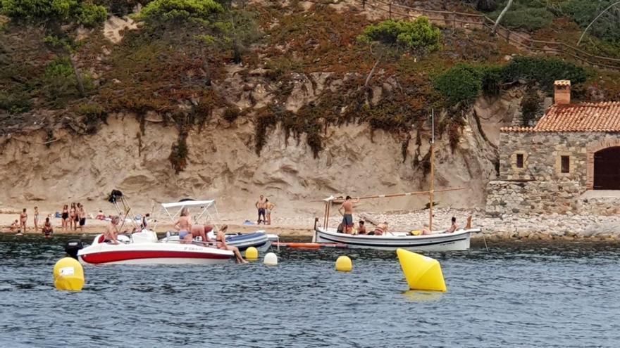 Salvem El Crit denuncia que moltes embarcacions d'esbarjo fondegen a la zona de banyistes i s'amarren a les balises