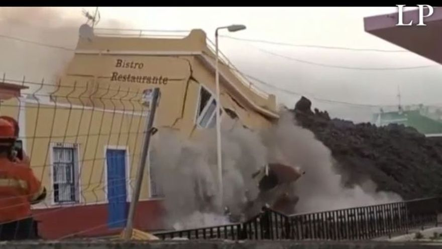 Cae un restaurante arrastrado por la lava en Todoque