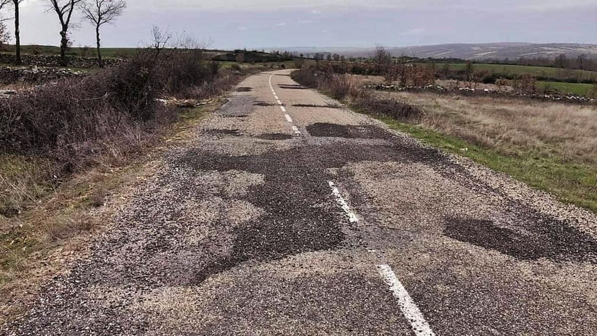 Estado del camino asfaltado de Mellanes a Samir, del que el Ayuntamiento de Rabanales responsabilida a una empresa maderera. | Chany Sebastián