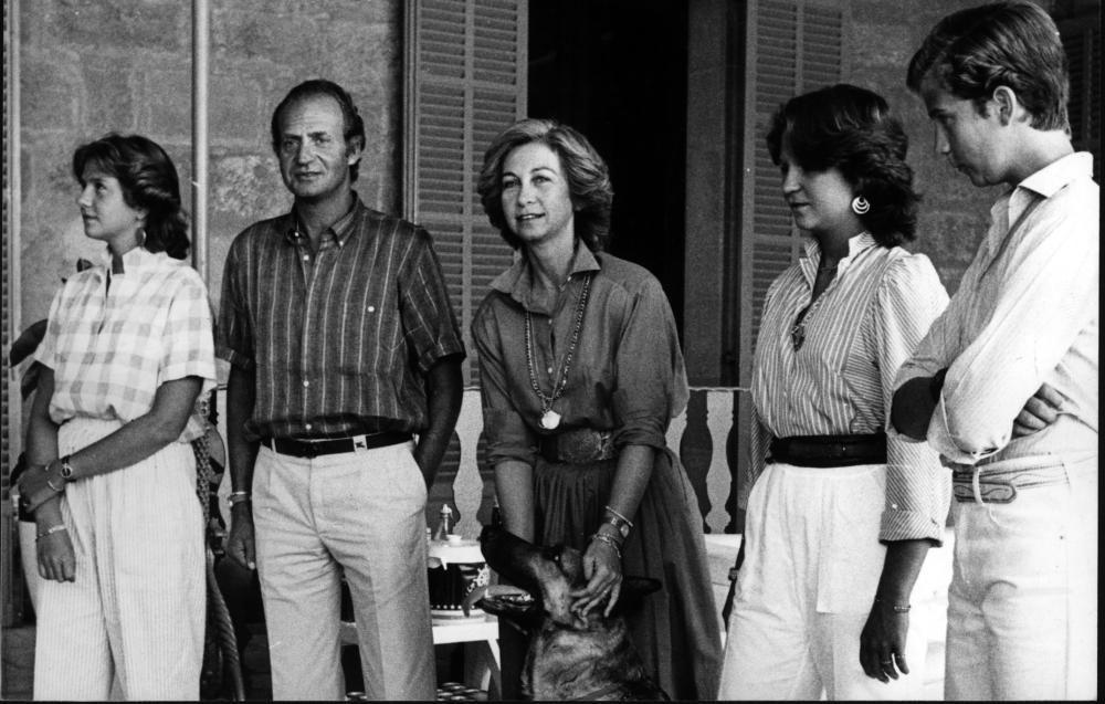Los reyes Juan Carlos l y Sofía con sus tres hijos en Marivent