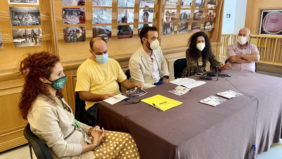 El concejal de Cultura, Domingo Cruz, presentando el evento en el teatro junto a organizadores de obras