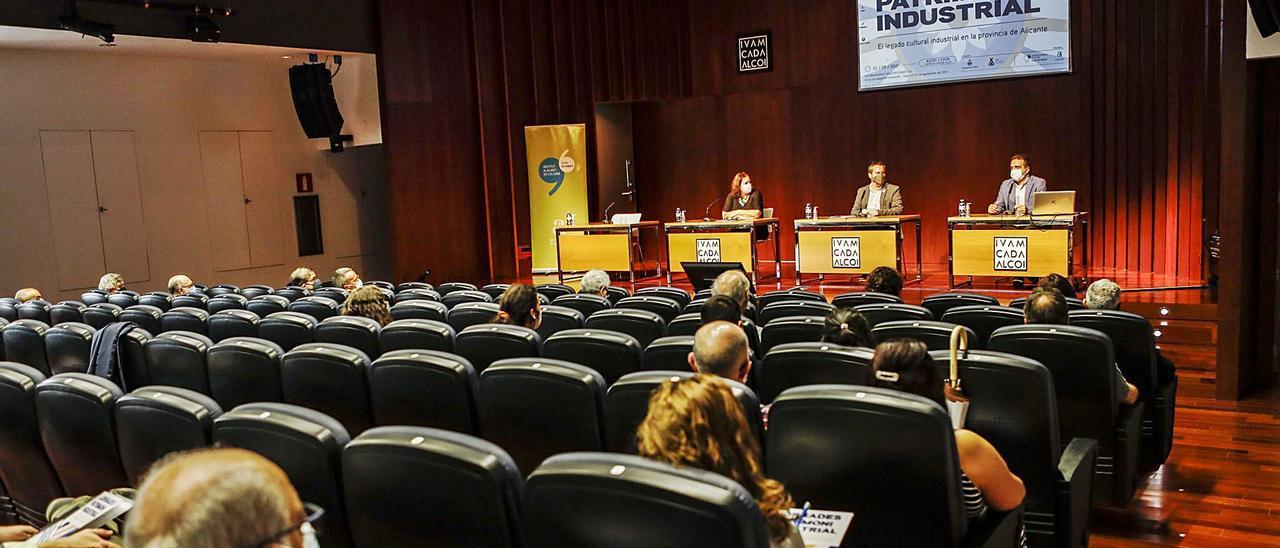 Inauguración de las primeras jornadas de Patrimonio Industrial, celebradas este miércoles en Alcoy. | JUANI RUZ