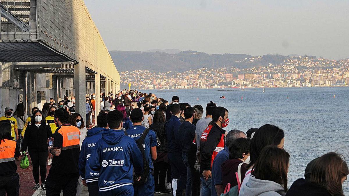 Protección Civil solicitando distancia social a las personas que acudieron a ver la regata. |   // G. NÚÑEZ