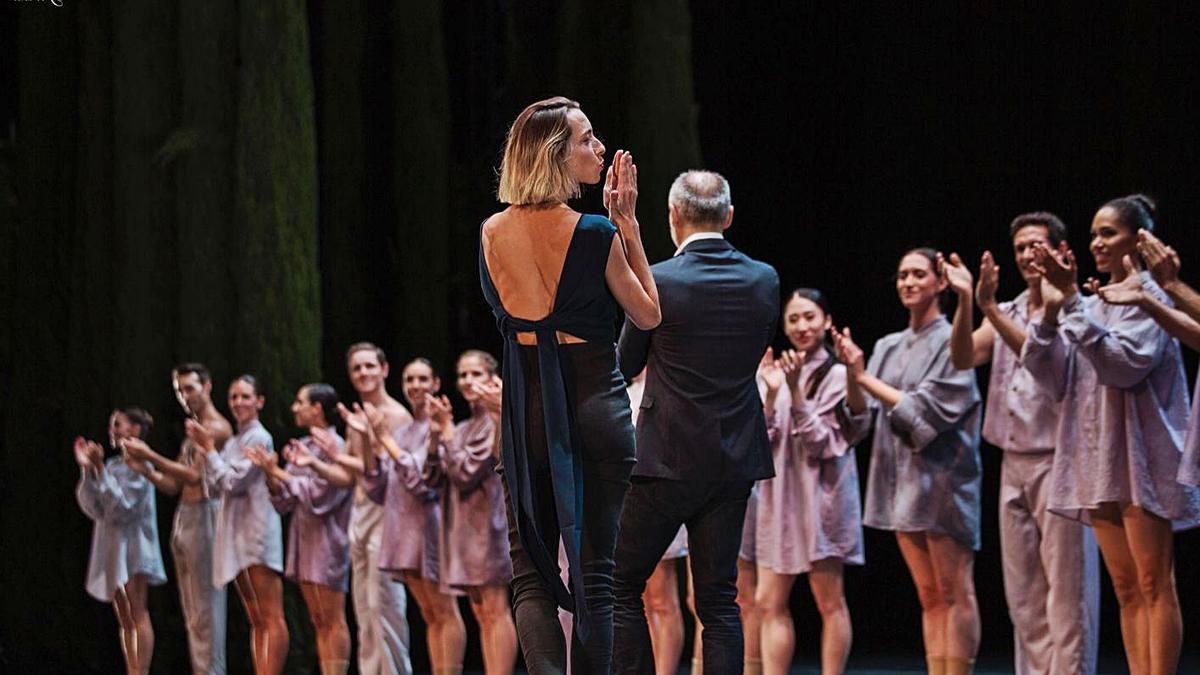 Mar Aguiló aplaude y es aplaudida tras el estreno de 'Arriaga'.