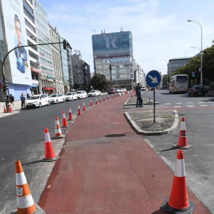 Punto de los Cantones donde el carril bici atraviesa un paso de peatones frente a la Fundación Barrié.