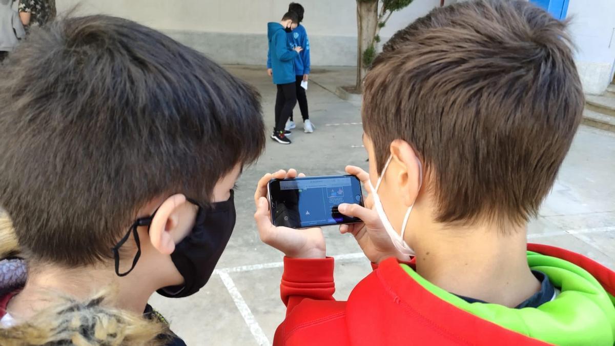 Alumnos de 1º de ESO del IES Ramón y Cajal de Huesca realizando el juego de escape sobre los ODS.