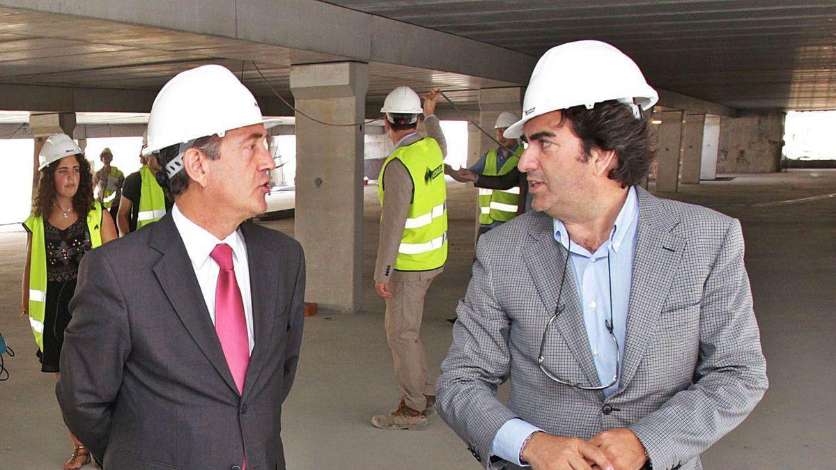 Enrique Losada y Martín Fernández Prado, en las obras del aparcamiento de O Parrote.