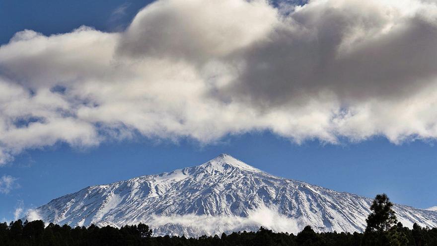 Miles de personas colapsan  los accesos al Teide