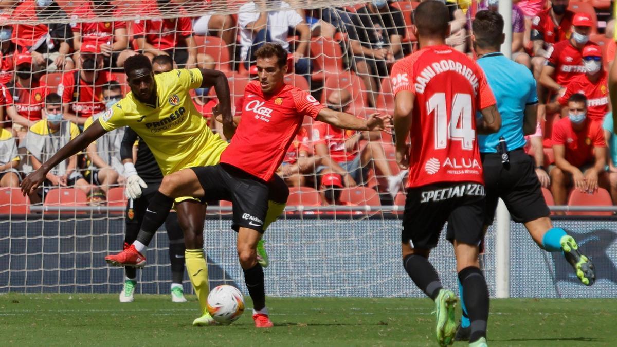 Brian Oliván y Boulaye Dia, en una acción del Mallorca-Villarreal.