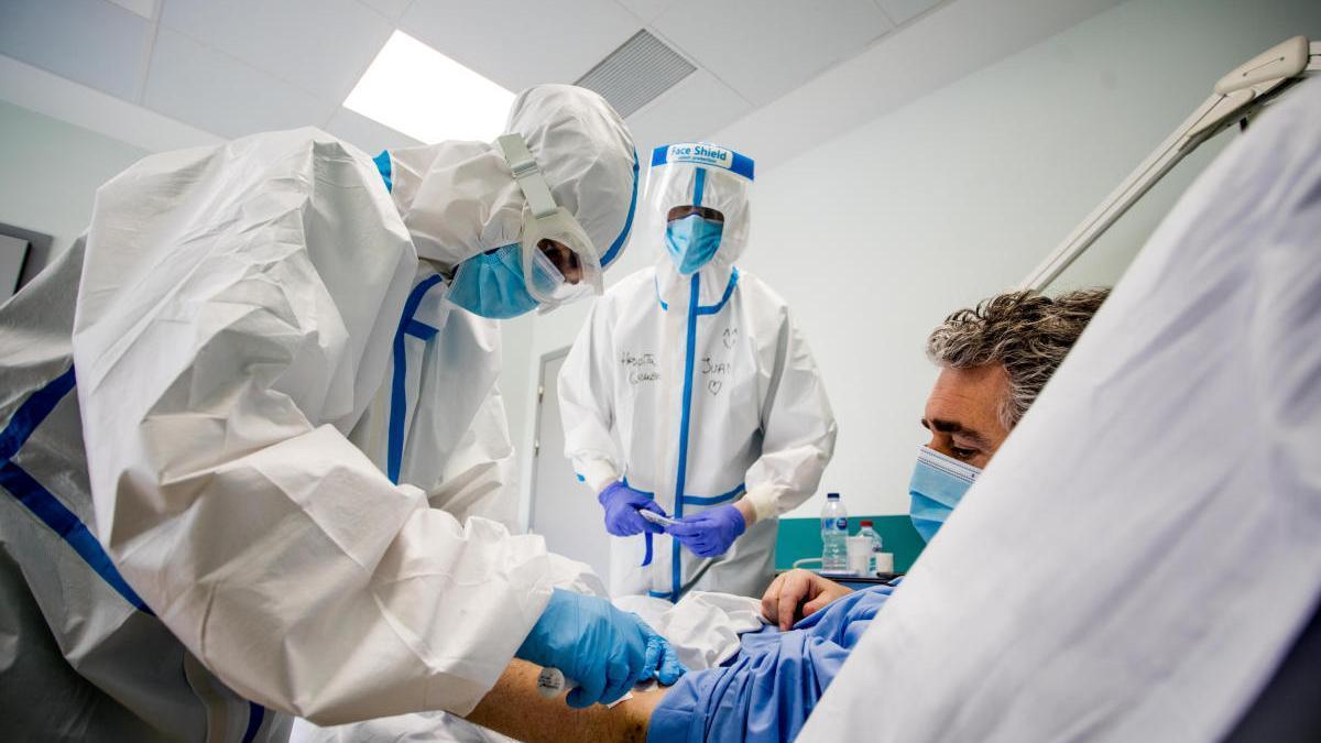 Un paciente con coronavirus en el Hospital General de Valencia.