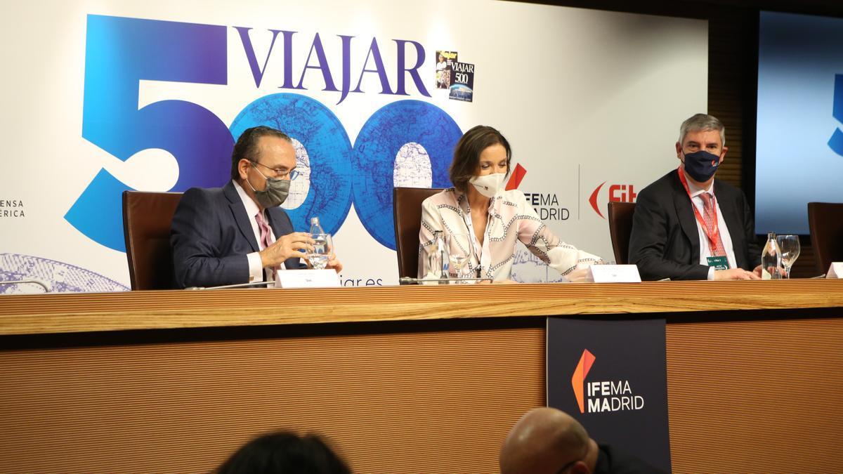 Javier Moll, presidente de Prensa Ibérica; Reyes Maroto, ministra de Industria, Comercio y Turismo, y José Vicente de los Mozos, presidente de Ifema.