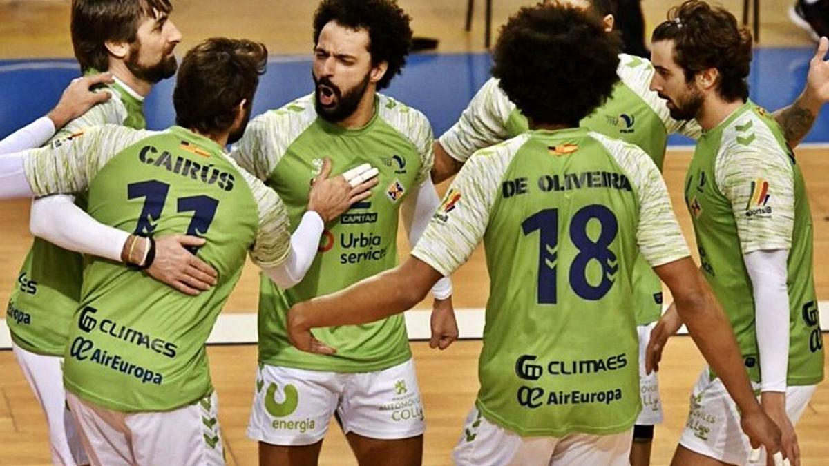 Los jugadores del Urbia U Energia Palma celebran juntos un punto.