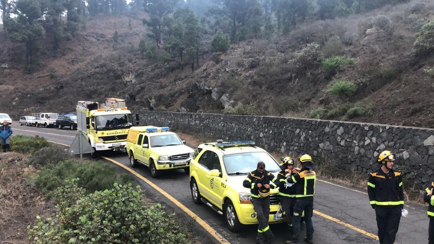 Un desprendimiento bloquea en una carretera a efectivos de emergencias que trabajan en el operativo del volcán de La Palma