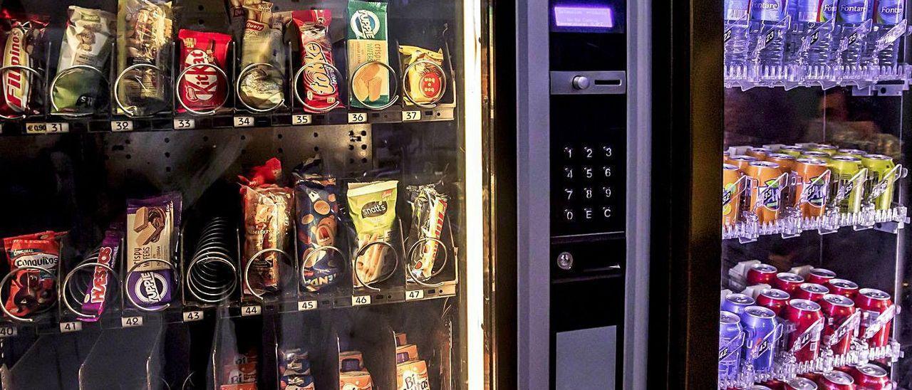 Una máquina de 'vending' con su tradicional oferta de bebidas azucaradas y alimentos procesados. B. RAMON