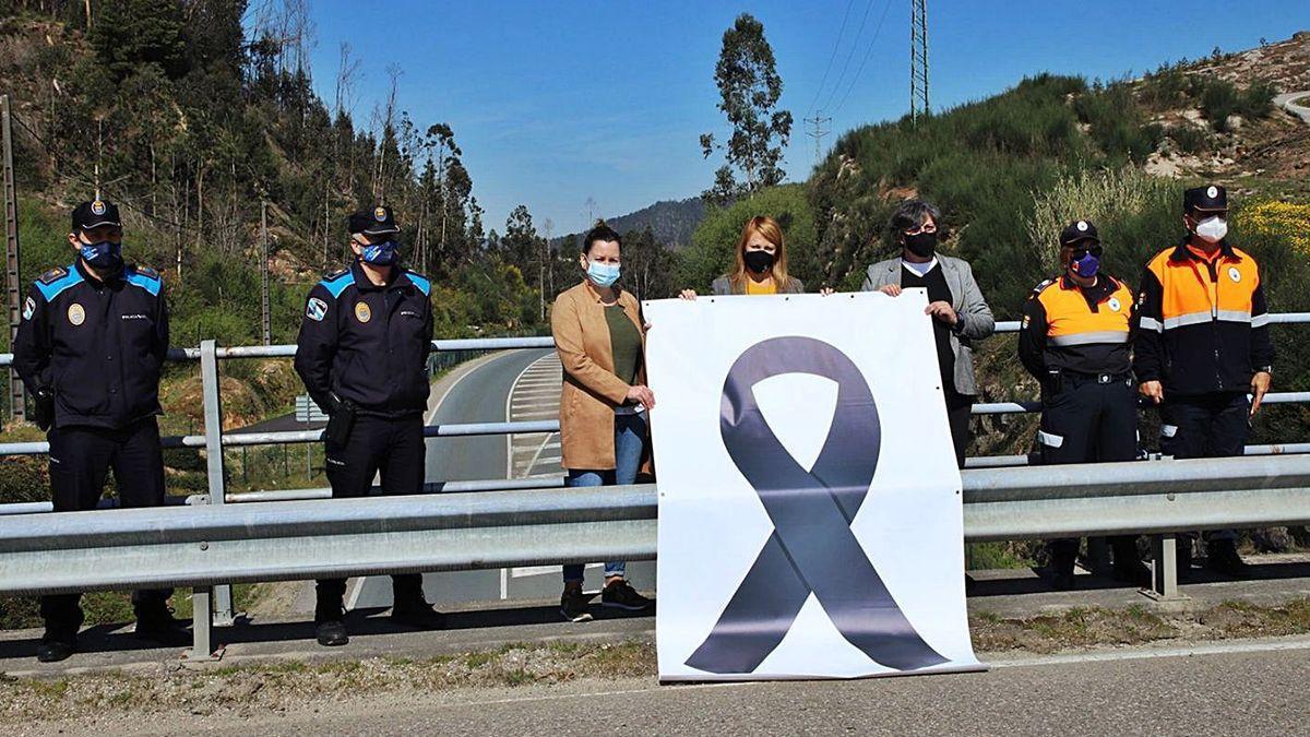 Las alcaldesas de Salvaterra, Salceda y Porriño, M. Valcárcel, L. Castiñeira y E. García, colocaron ayer un crespón sobre la carretera donde tuvo lugar el accidente en el que murieron tres personas. | // D.P.