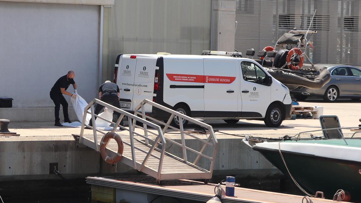 Los operarios de la funeraria trasladan el cadáver del hombre hallado en alta mar.