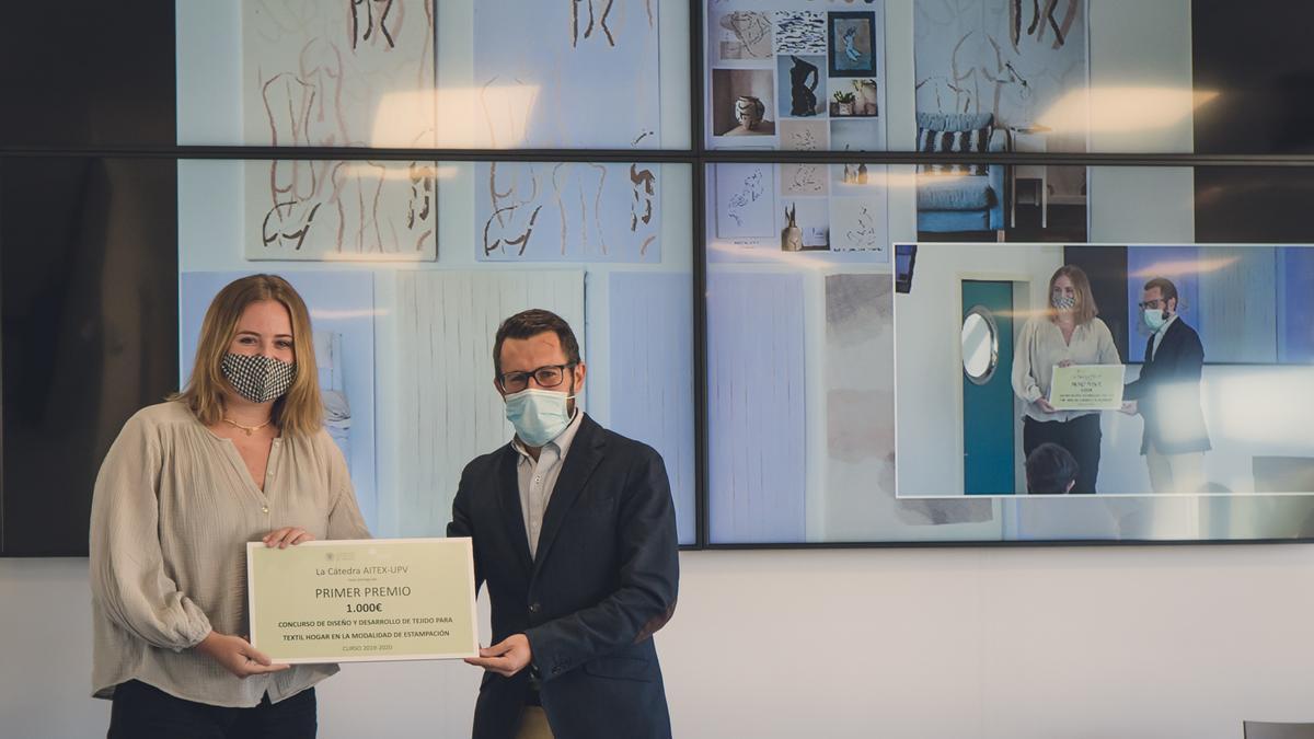 Marta Cuartero recibiendo el premio