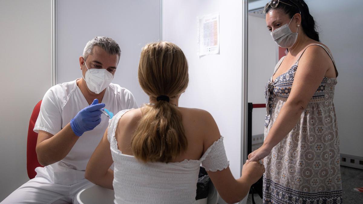 La vuelta al cole se acerca con la mitad de los jóvenes vacunados con una dosis.