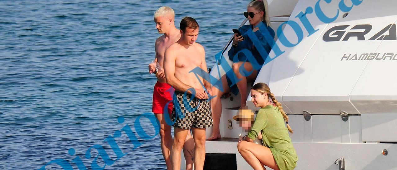 Mario Götze navega en familia por Mallorca