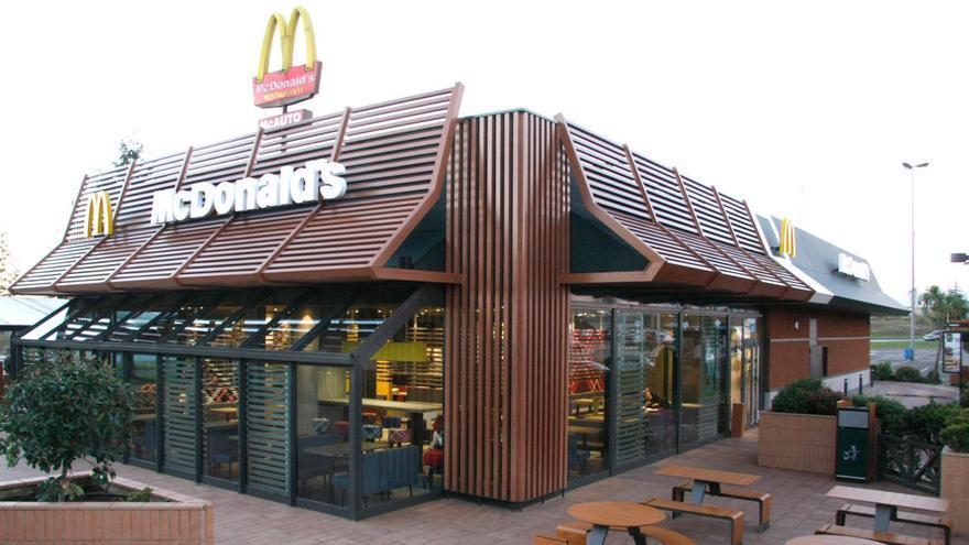 Un empleado de McDonald's contesta a la pregunta que más le hacen los clientes