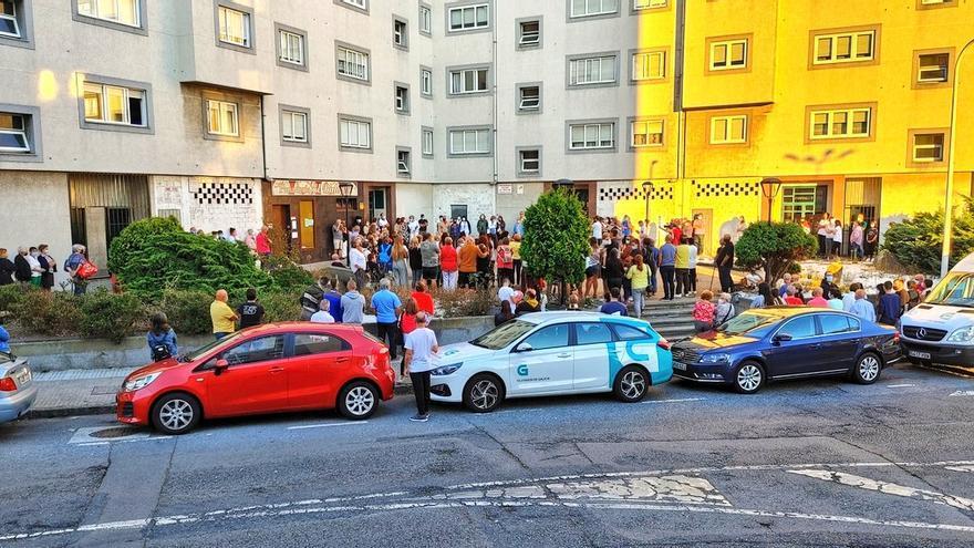 Aplauso de los vecinos de O Birloque para mostrar su repulsa y condena ante el crimen machista en A Coruña